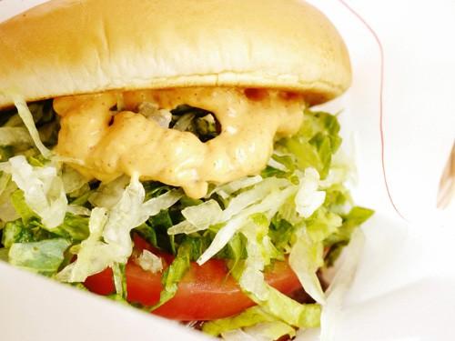 Mos Burger con Salsa Picante de Arándanos y Pasas
