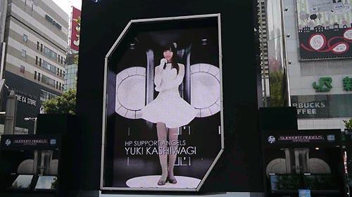 Aparecen en Shinjuku unas AKB48 gigantes