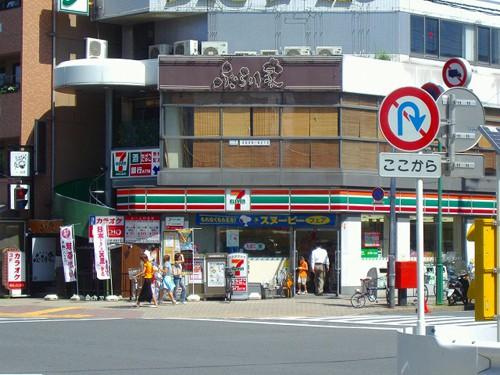 El primer Combini de 7-Eleven que abrió en Tokyo