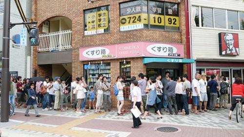 """Enormes colas en todos los """"KFC"""" de Japón"""