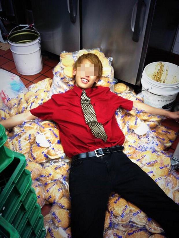 """Esta foto de un empleado de """"Burger King"""", ha provocado una gran polémica en Japón"""