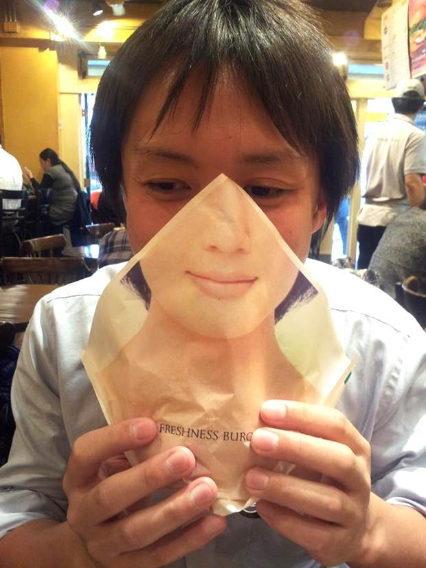 """Una hamburguesería en Japón lanza la servilleta """"tapa-rostros"""""""