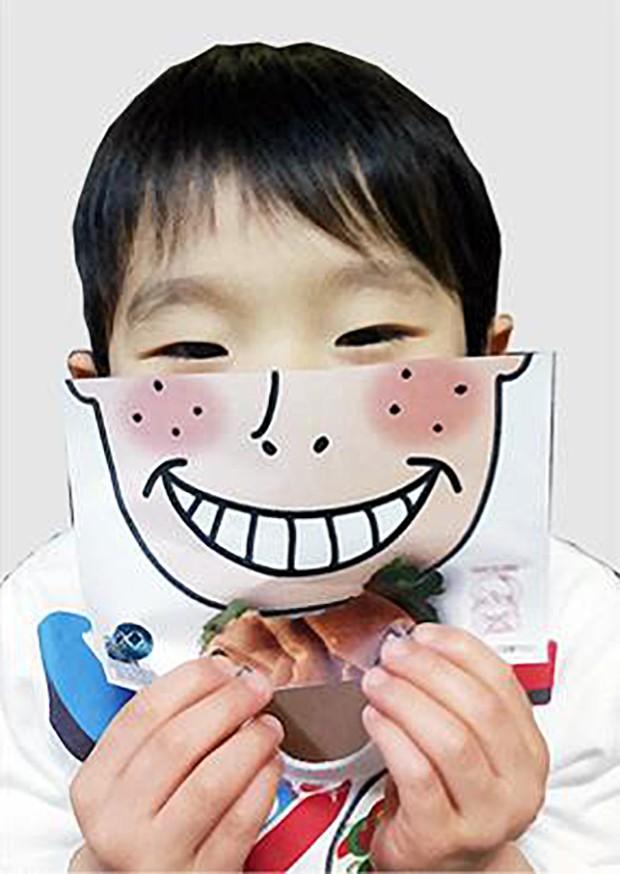 """actualidad comida curiosidades japon negocios ocio publicidad sociedad tradiciones video  Una hamburguesería en Japón lanza la servilleta """"tapa-rostros"""""""