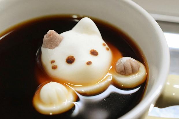 Gatitos bañandonse en el café