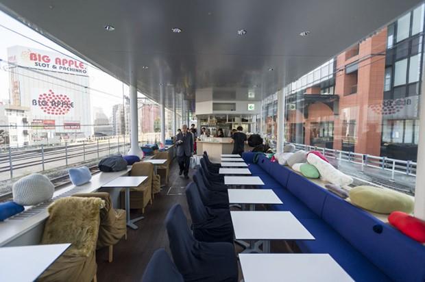 comida curiosidades japon ocio sociedad tokyo  Una Cafetería entre vías de tren