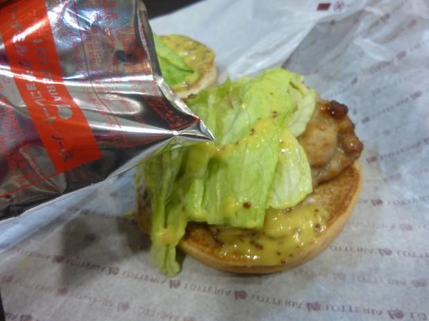 """actualidad comida curiosidades japon sociedad  La hamburguesa con Chocolate de """"Lotteria"""""""