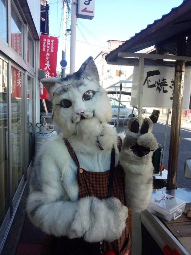 Mikeneko, el Gato que vende boniatos asados