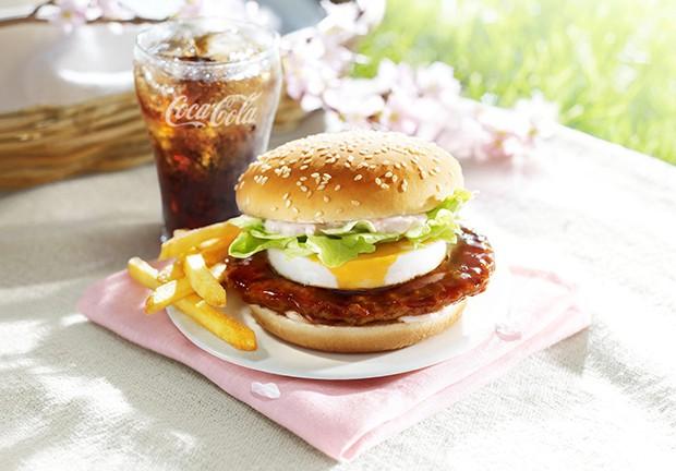 """actualidad comida curiosidades japon kawaii negocios ocio sociedad  McDonald's presenta su hamburguesa """"Sakura"""", con pan rosa"""