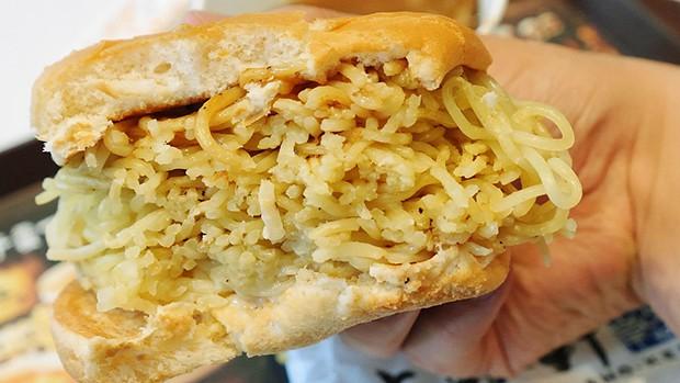 actualidad comida curiosidades japon negocios sociedad  Vuelve la Hamburguesa de Ramen...¡Ahora más grande y se moja en sopa!