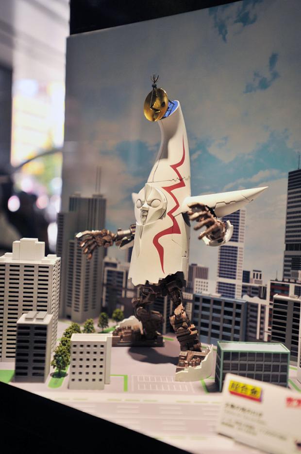 La Torre del Sol de Osaka se transforma en un amenazante Robot Mecha