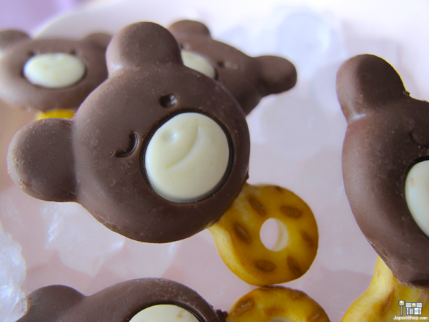 Combini Lovers comida japonshop kawaii publicidad tv video  Combini Lovers Review: Cookies Pops de Doble Chocolate y Pretzels | Family Bear Iced