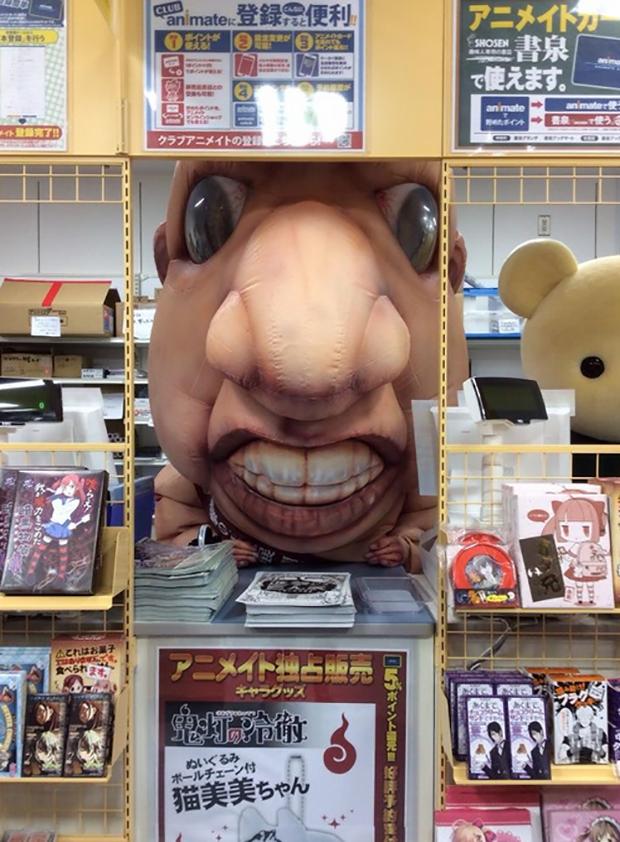 """actualidad anime curiosidades manga ocio sociedad tokyo  Un """"Mini -Titan"""" anda suelto por las calles de Tokyo"""
