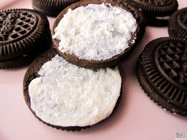 Combini Lovers japonshop kawaii  Combini Lovers Review: Cookies de Cacao rellenas de Crema de Leche Condensada | Mizimizi MocMoc