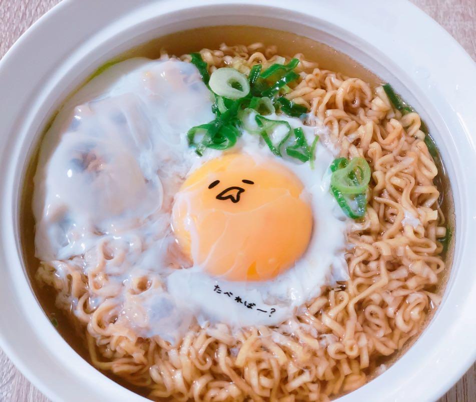 Combini Lovers comida japon japonshop  Fideos Nissin Chikin X Gudetama de Bacon y Huevo Ramen Cup