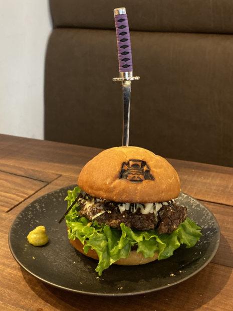 comida curiosidades japon  Shogun Burger Tokyo! Tu hamburguesa samurai que cortarás  a Katana! Kya!