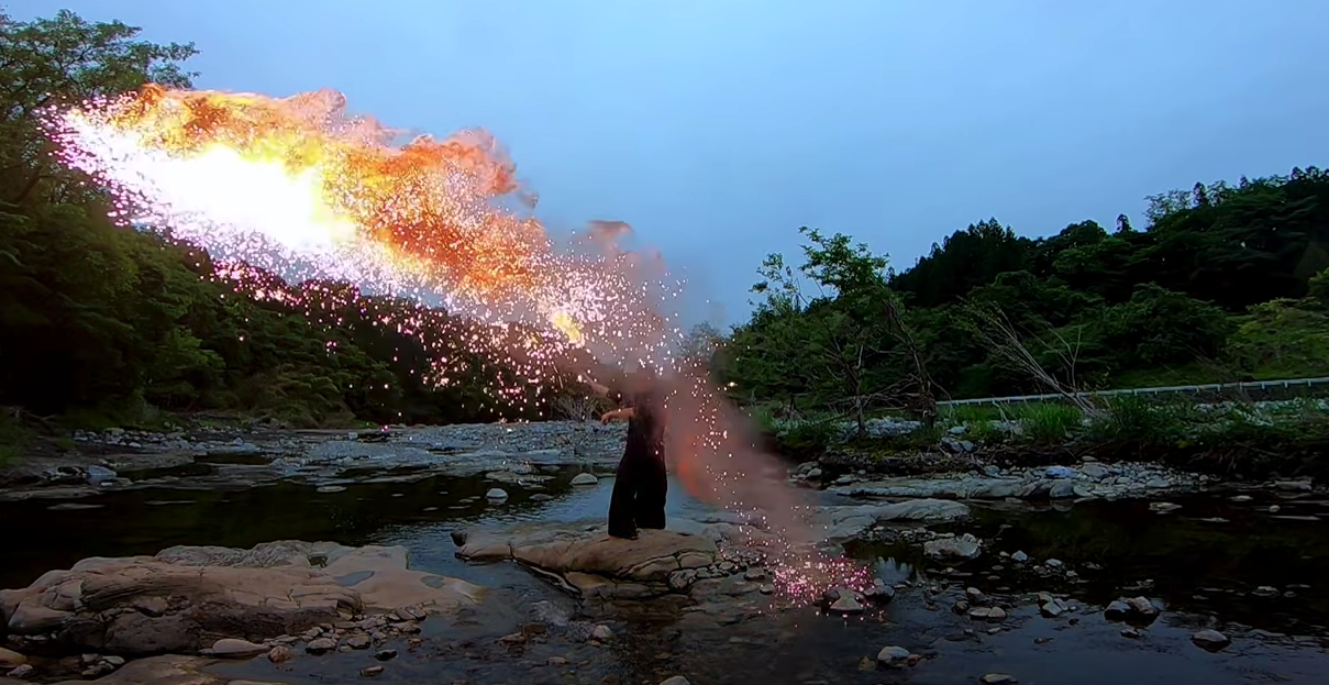 curiosidades japon  Katana en llamas! Un artista japonés hace una performance increíble!