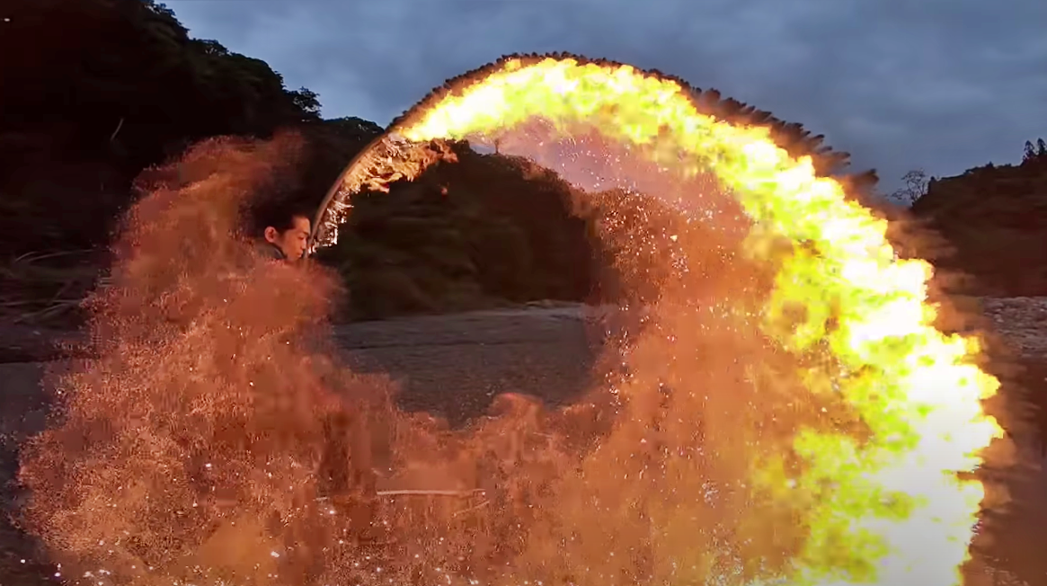 Katana en llamas! Un artista japonés hace una performance increíble!