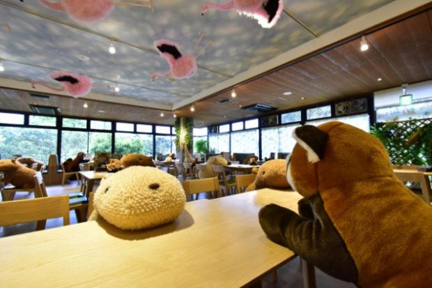 japon  ¡Distancia Social en restaurante japonés con peluches de Capibaras!