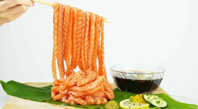 ¡Run Run Sushi y noodles de salmón raw!