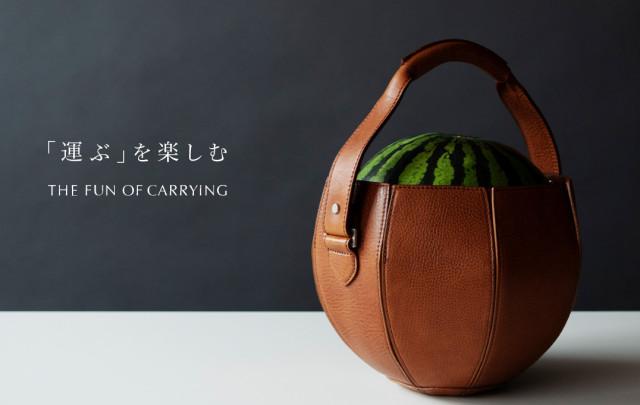 Una bolsa para llevar melones o sandías creada por un artesano en Japón