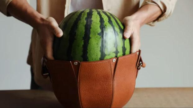 curiosidades japon  Una bolsa para llevar melones o sandías creada por un artesano en Japón