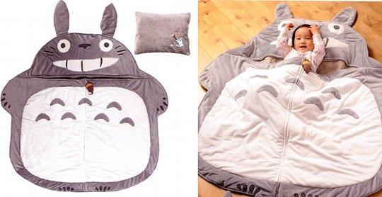 ¡No hay mejor lugar para dormir, o una siesta que este saco de Totoro!