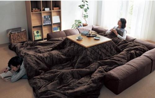 Dile adiós a la productividad y hola al confort con el mega-enorme kotatsu futón!